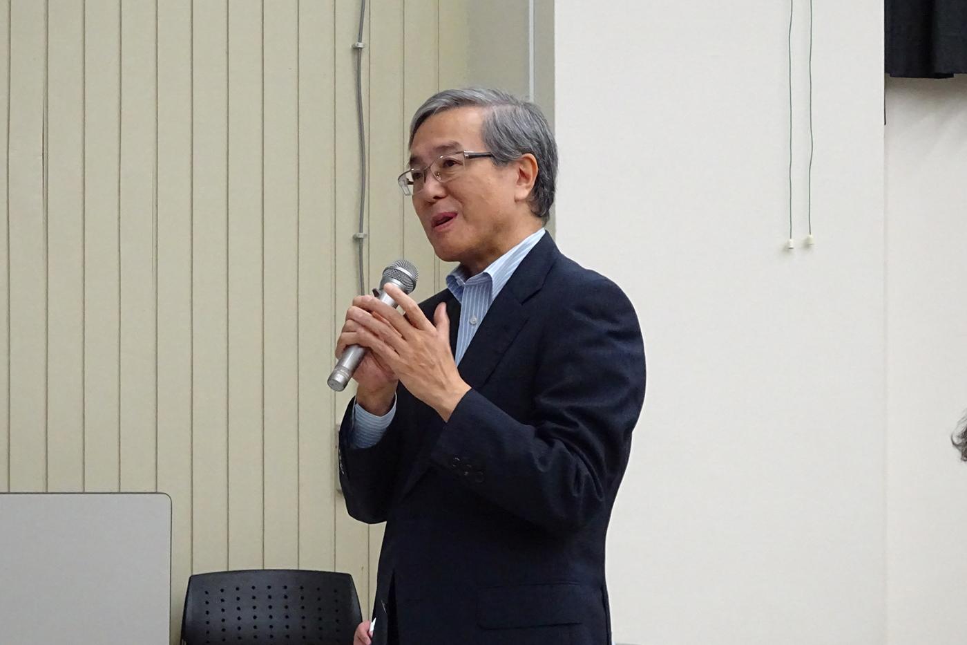 質問する佐藤学長