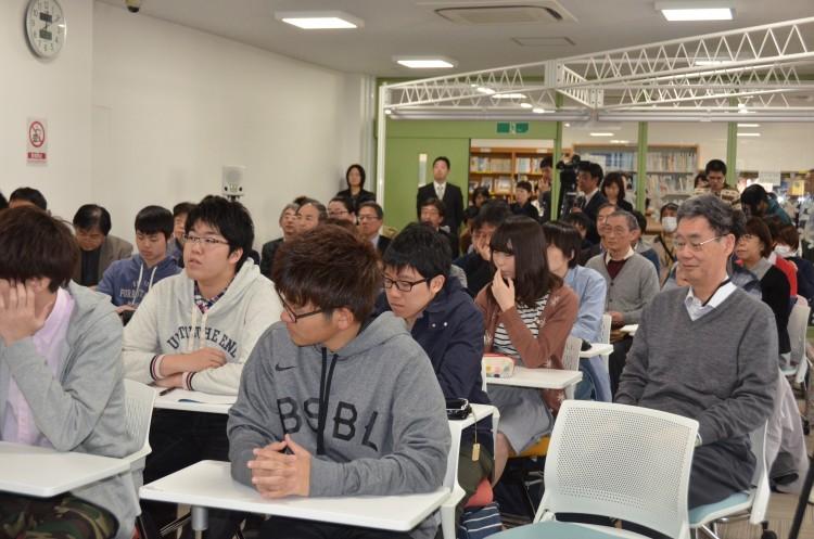「第1回附属図書館ラウンジトーク」に参加した生徒たち