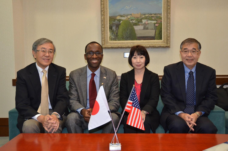 佐藤学長を表敬訪問(左から二人目が領事)※写真1