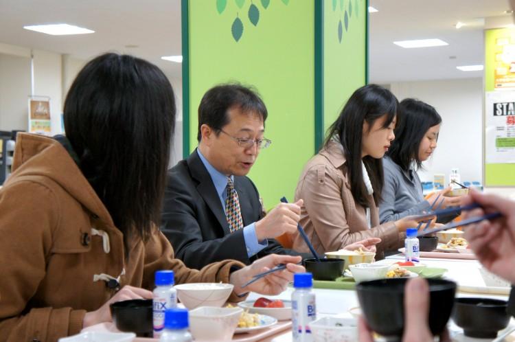 学生と100円朝食を摂りながら談笑する伊藤教育担当理事