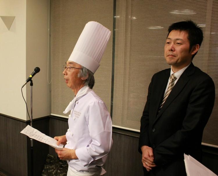 料理説明をする吉田教頭(左),野又校長(右)