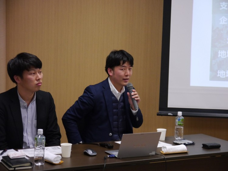 講演する石塚氏(右)と中沢氏