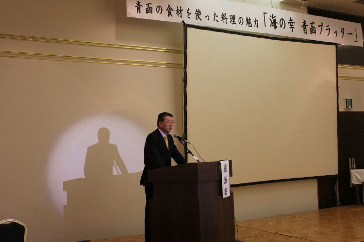 講演会で挨拶する嵯峨弘前大食料科学研究所長