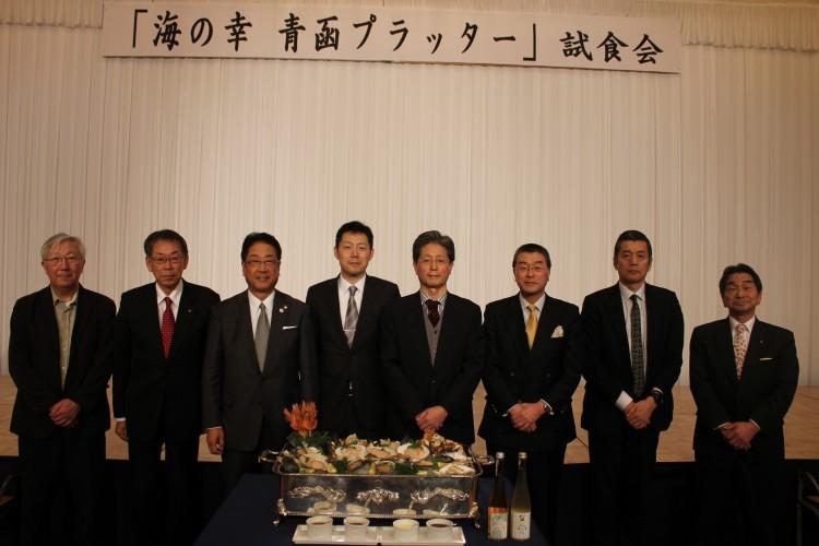 青函プラッターを囲んで,青森副市長,函館市長と主催者,講演者