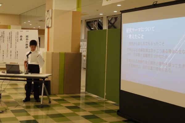 共同研究体験発表をする小学生