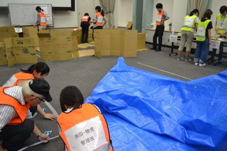 会場に避難所を造る学生達