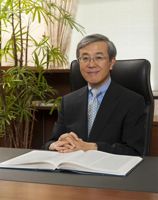弘前大学創立70周年記念事業 運営委員長 弘前大学長 佐藤 敬