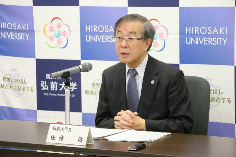 定例記者会見で会見項目を説明する佐藤学長