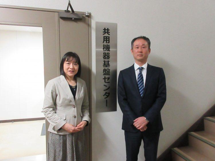 左から郡機構長(理事(研究担当))と岡﨑センター長(大学院理工学研究科 教授)