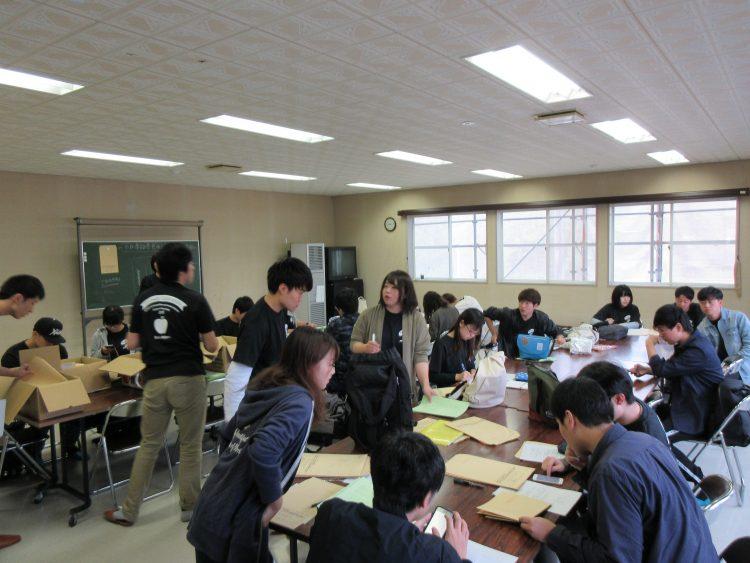 「市民活動ネットワークセンターみさわ(そだなす館)」にて、回収した質問票を整理する実習履修生たち