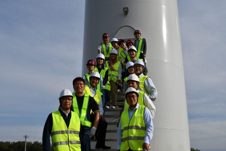 完成した風車の前で