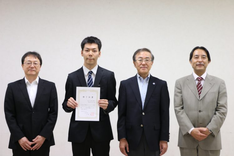 記念撮影 (左から伊藤教育担当理事、大林さん、 佐藤学長、森人文社会科学部教授)
