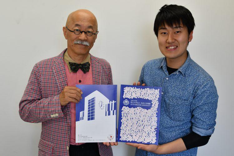 完成した概要を手にする石川教授と清藤君