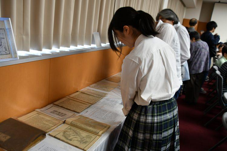 展示を見学する高校生