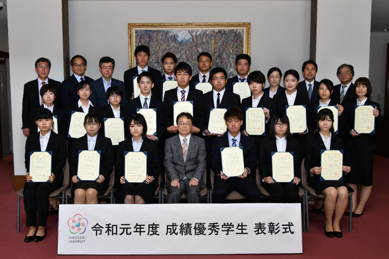 伊藤教育担当理事・副学長と表彰学生