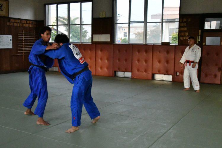 実戦形式での練習をするガビン・モゴパ選手と指導する村上瑠希也さん
