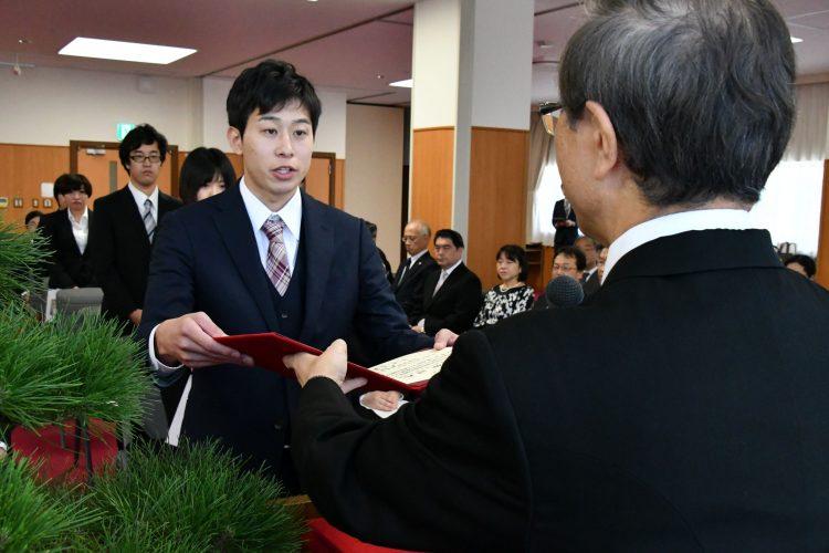 学位記を授与される学生