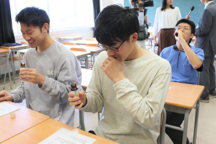 試飲する学生