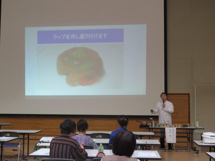 レシピ説明をする坂本料理研究家