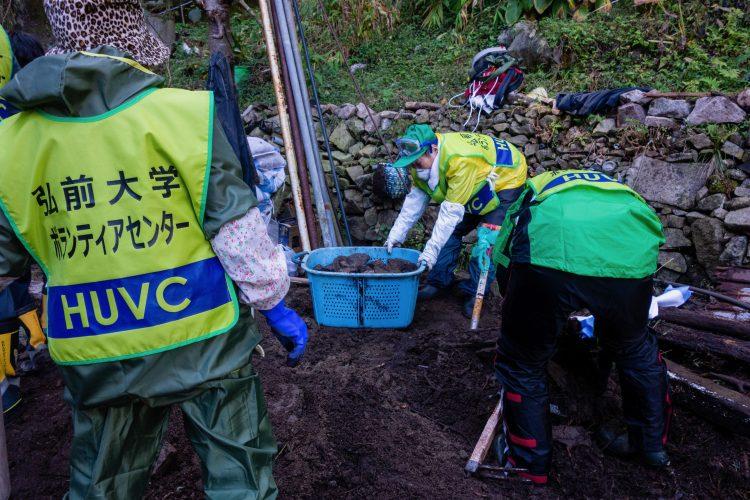 民家周辺の土砂及び瓦礫の撤去作業