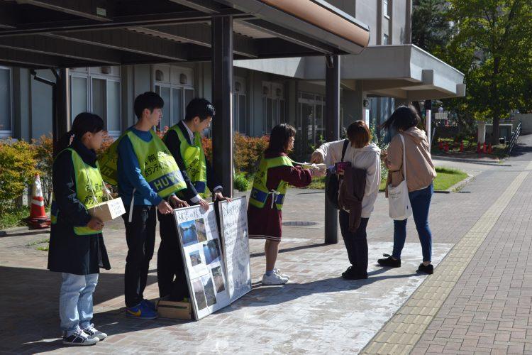 大学会館前での募金活動の様子