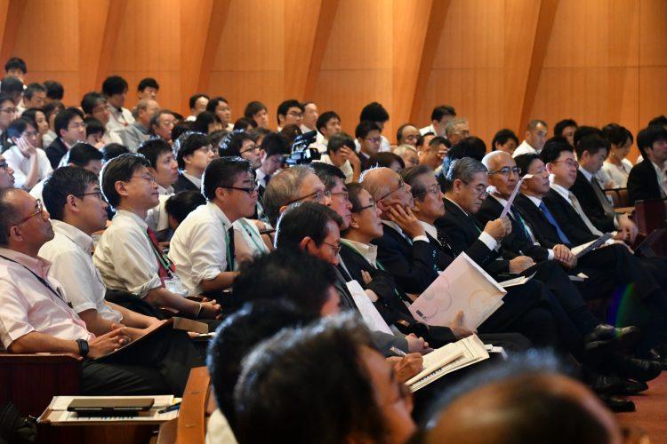 熱心に聞き入る満員の聴衆