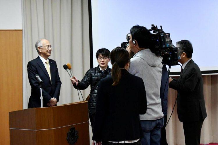 報道からのインタビューを受ける柏倉副学長