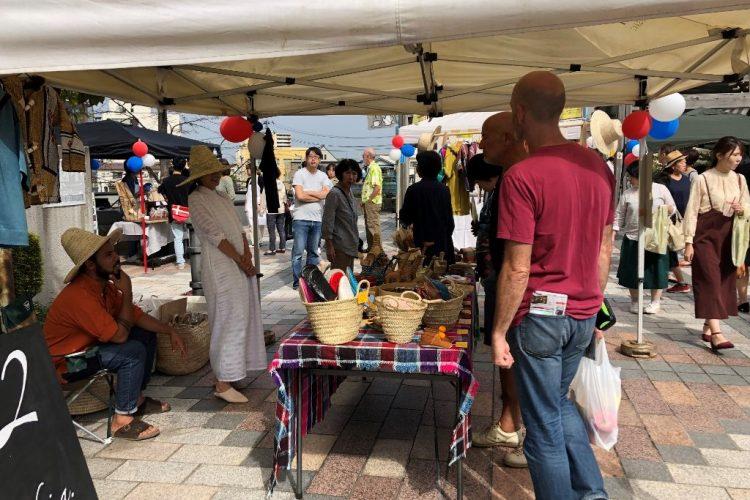 モロッコ雑貨店主らと語らうフランス人観光客
