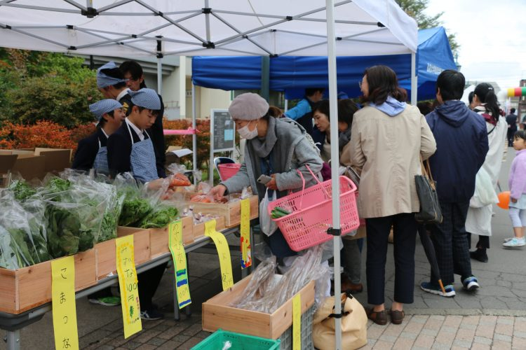 特別支援学校生徒による野菜の販売