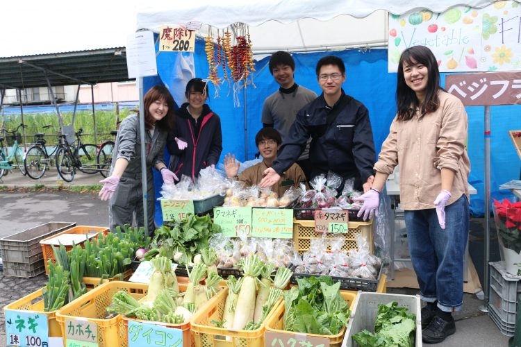 野菜を販売する模擬店