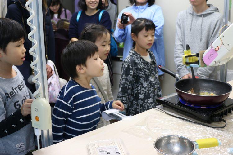 料理ロボットを見る子どもたち