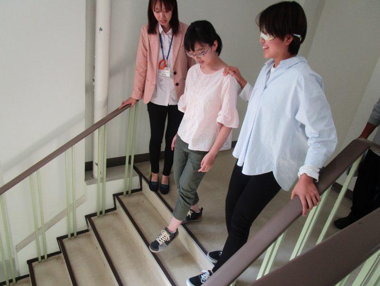 構内で歩行誘導体験をする参加者ら
