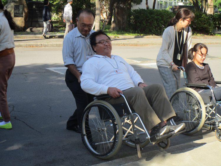 車椅子の操作と移動介助体験
