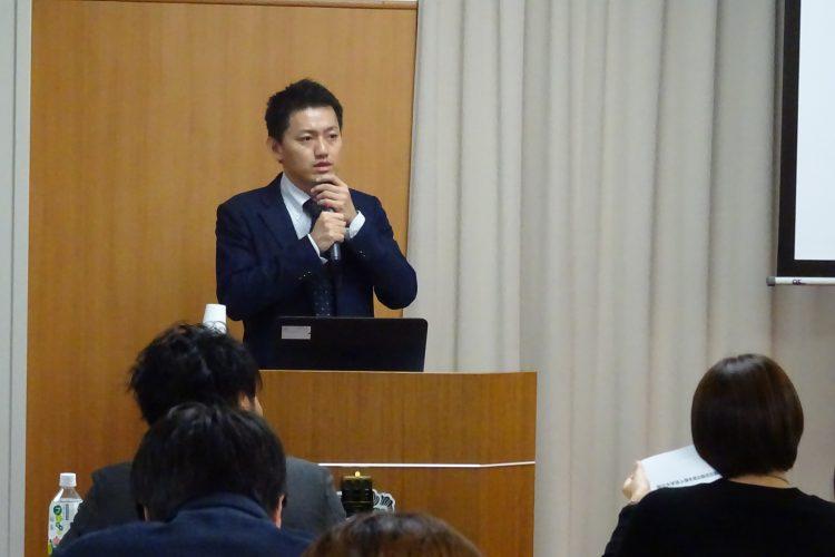 講義する国立大学法人支援課の廣末係長