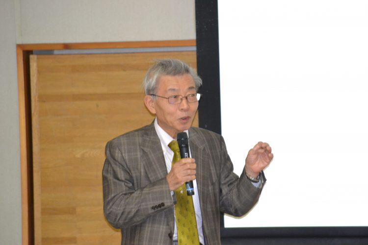 講義をする加藤名誉教授