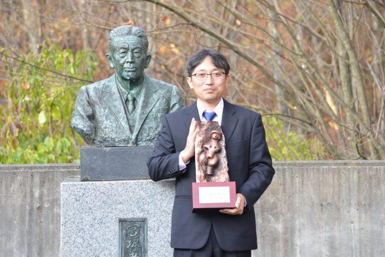 故宮坂英弌氏の銅像との記念撮影