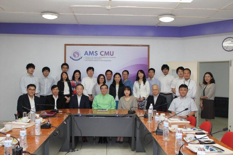 チェンマイ大学保健医療学部訪問時の記念撮影