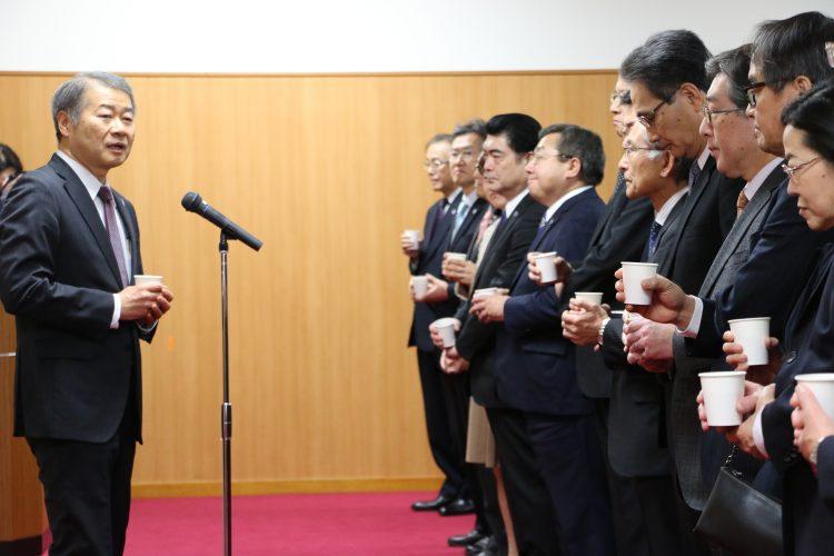 乾杯の挨拶をする吉澤理事