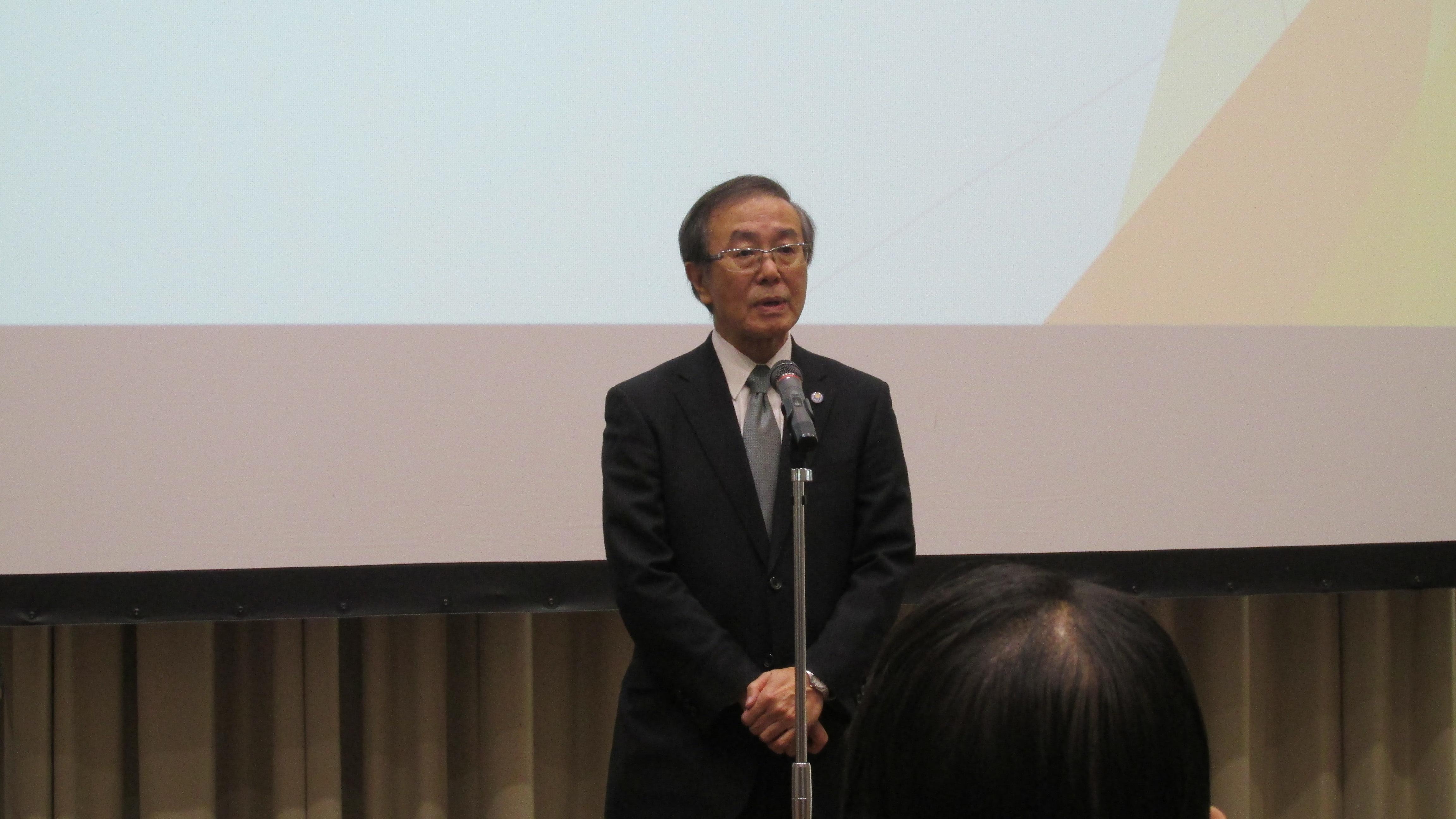 開会挨拶を行う 佐藤 敬 会長(弘前大学長)