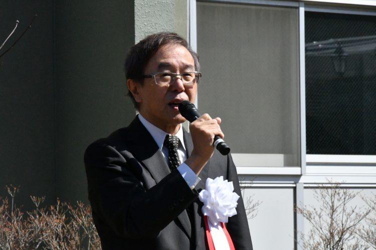挨拶する佐藤学長