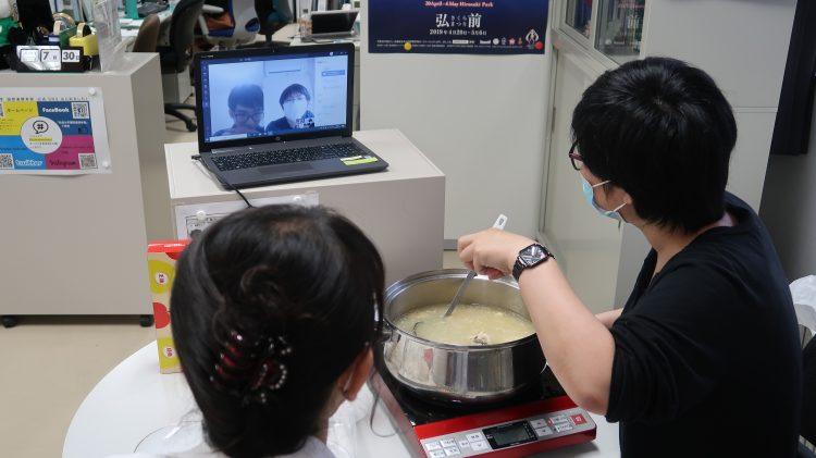 オンラインで留学生へレシピを教えている様子